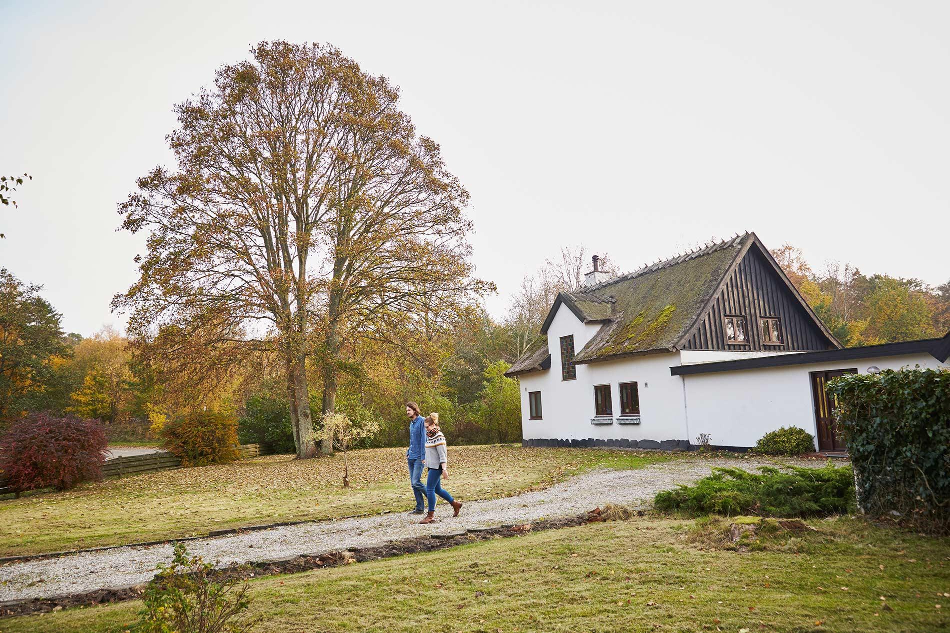 I indkørslen til deres drømmehus i Asserbo, Frederiksværk