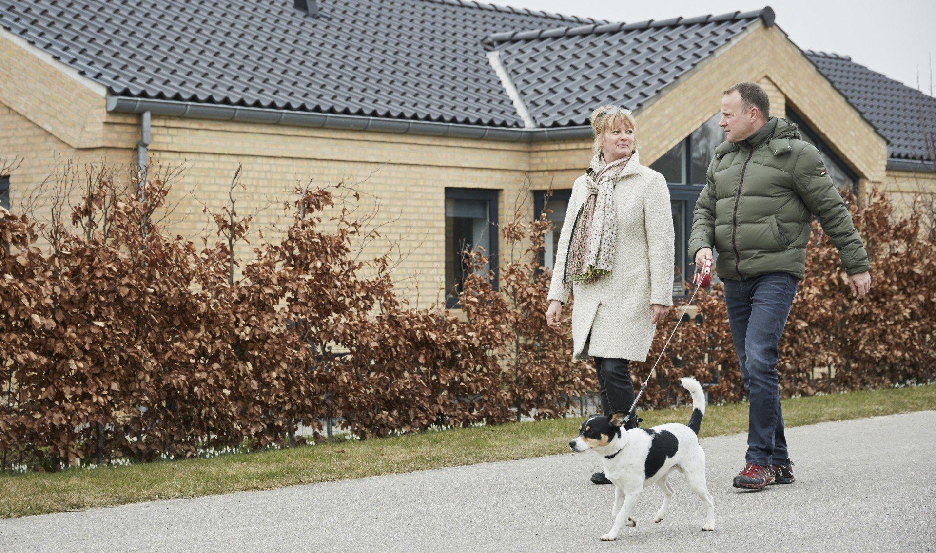 Jens Christian og Henriette foran deres nye hjem