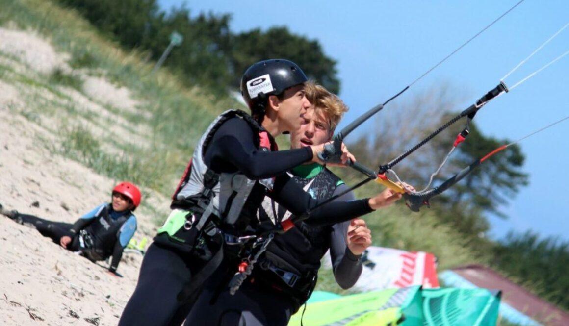 Jeppe giver kiteinstruktion på stranden i Lynæs