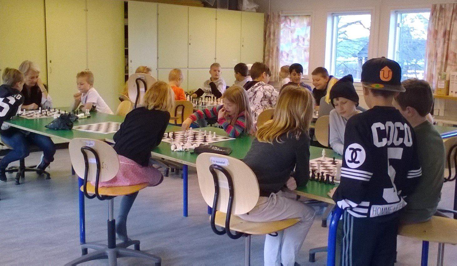 børn spiller skak